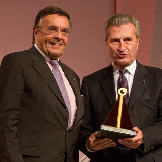 Mario Ohoven überreicht Günther Oettinger den BVMW-Mittelstandspreis