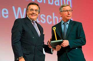 Mittelstandspräsident Mario Ohoven überreicht den Ehrenpreis des deutschen Mittelstands an Wolfgang Clement